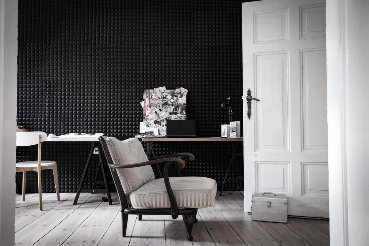 модерен стол до интериорна врата