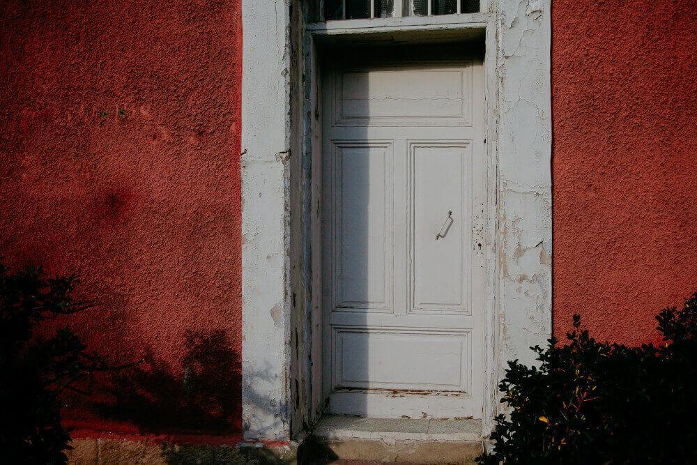 Стара бяла входна врата